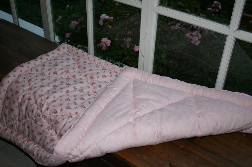 couverture surpiquée, fleurs roses